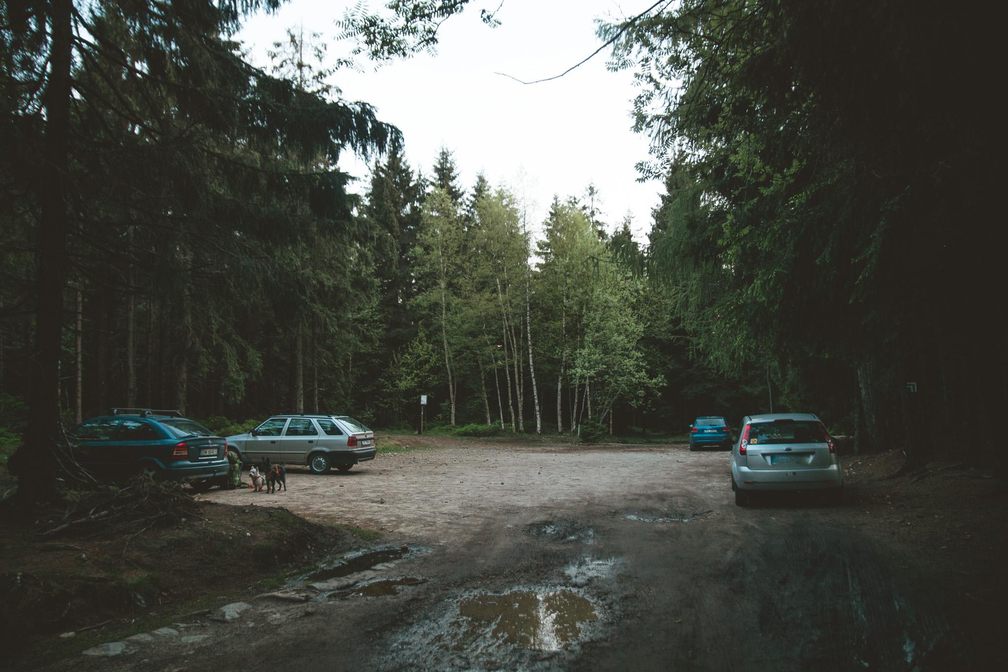Parking na Lisiej Przełęczy. Nieopodal niebieskiego szlaku - początku najpiękniejszego szlaku w Górach Stołowych!