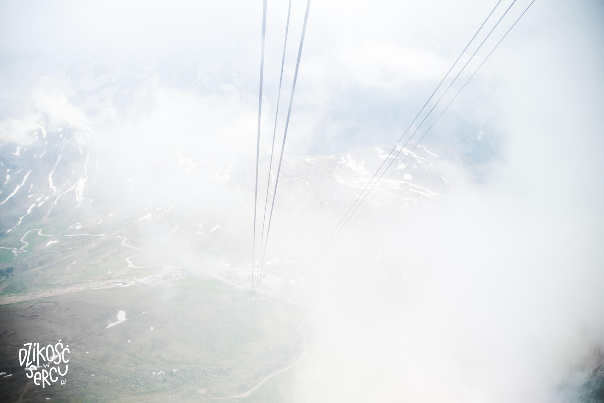 Widok zgondoli naSasso Pordoi (2950m npm). Wjechaliśmy wchmury!