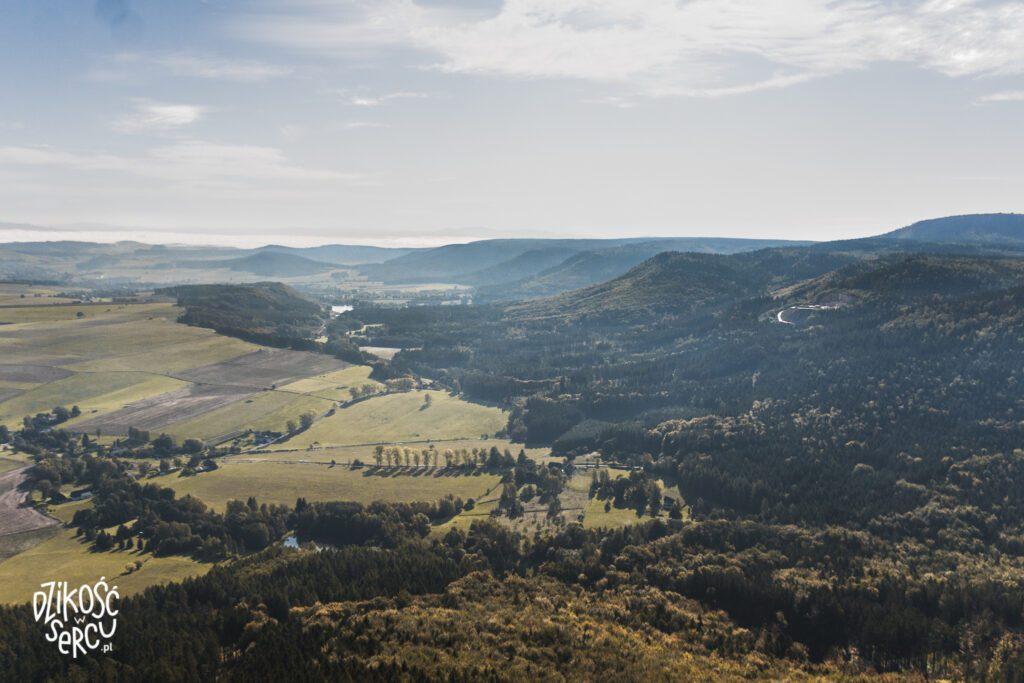 Broumovské stěny - widok napółnocną część Gór Stołowych, poprawej Szczeliniec Wielki