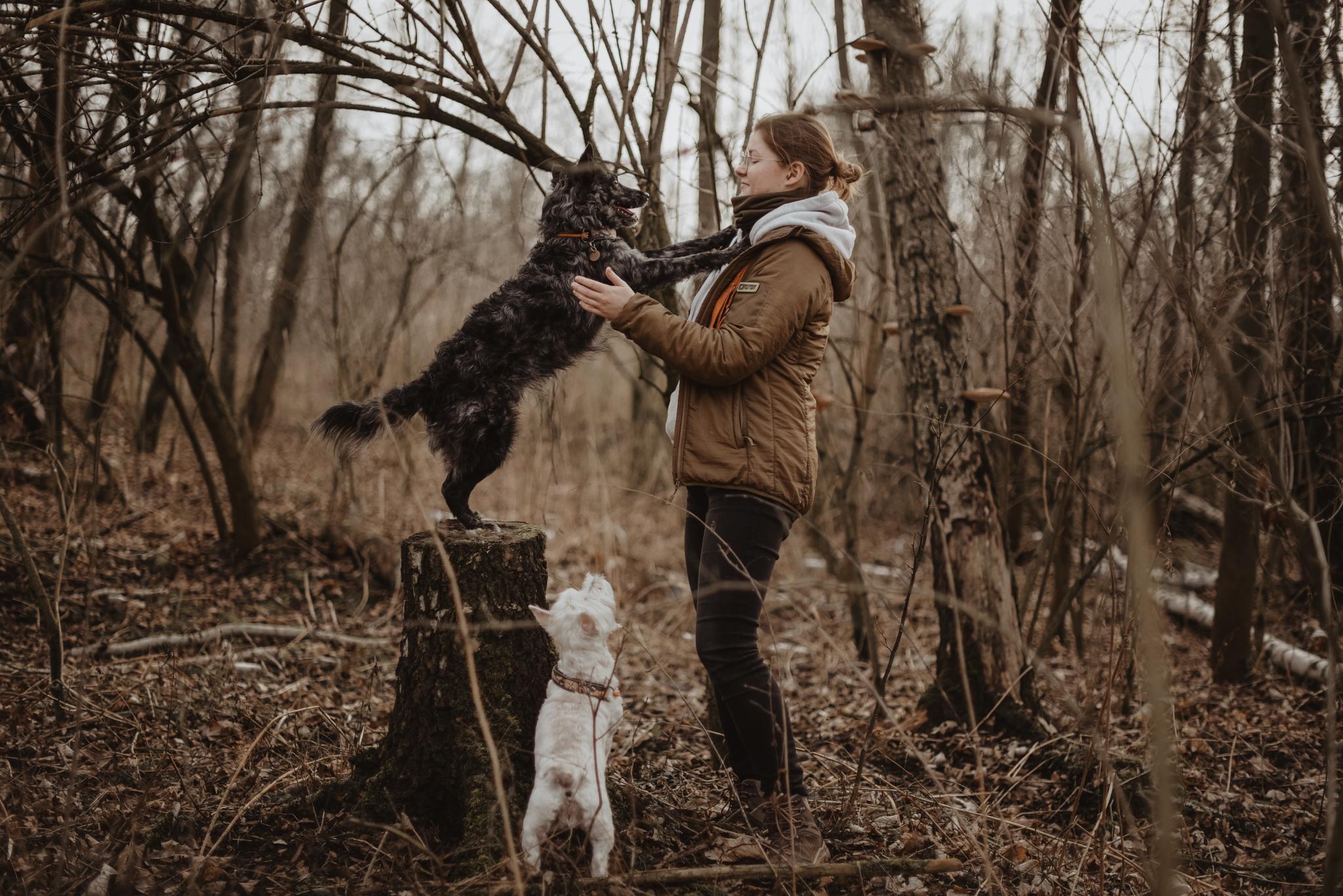 Magda i Krakers, dziewczyna z psem podczas spaceru po lesie